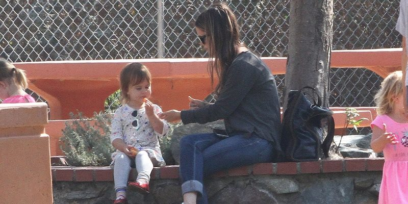 [CANDIDS] Rachel spotted in a park with Briar